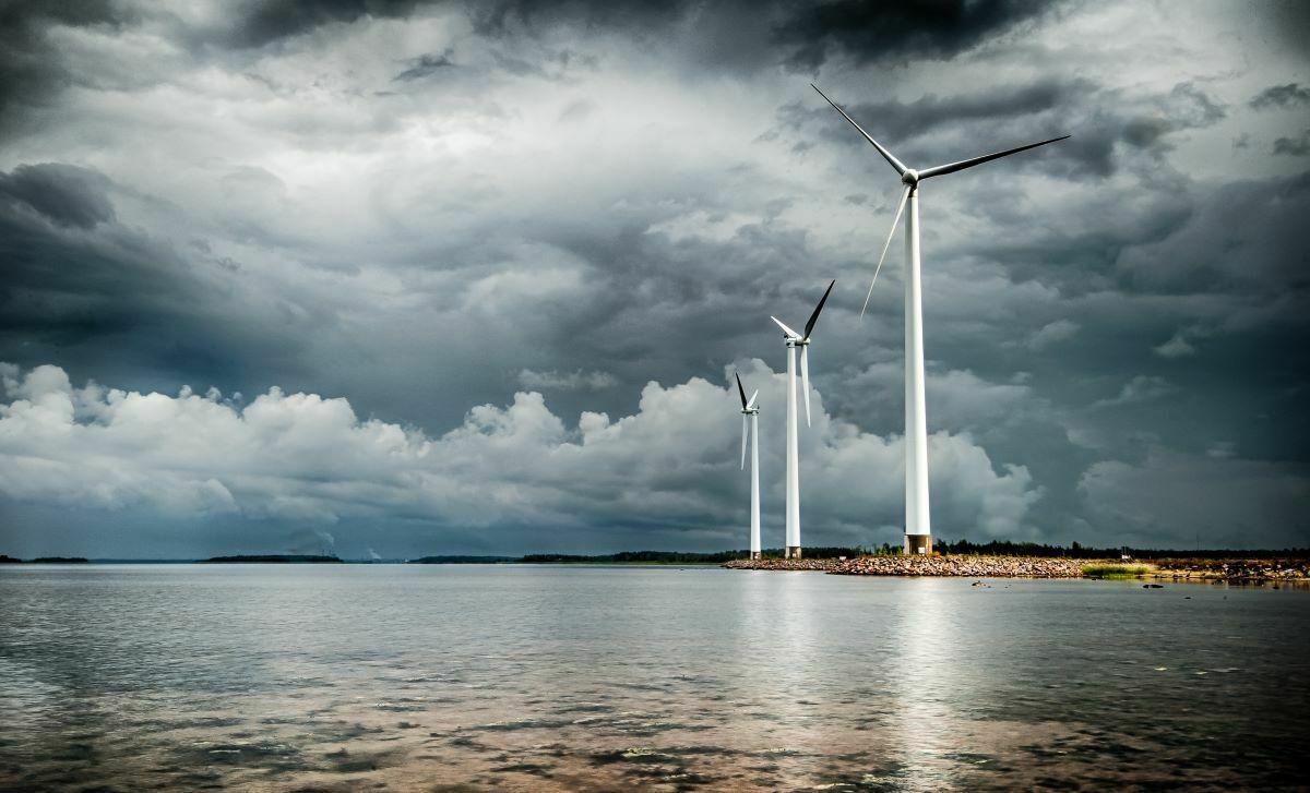 Tuulivoima saa tehoa myrskysäästä.